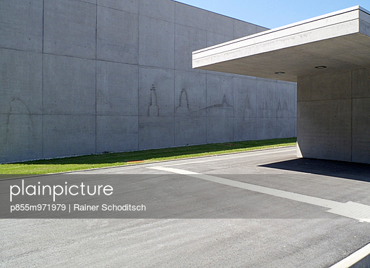 Detail with cityscape shilouette on concrete wall - p855m971979 by Rainer Schoditsch
