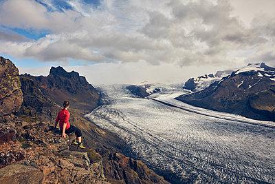 Frau blickt über den Skaftafell Gletscher - p1305m1190723 von Hammerbacher
