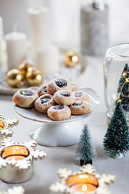 Christmas Cookies with jam filling on cake stand - p300m1550177 by Susan Brooks-Dammann
