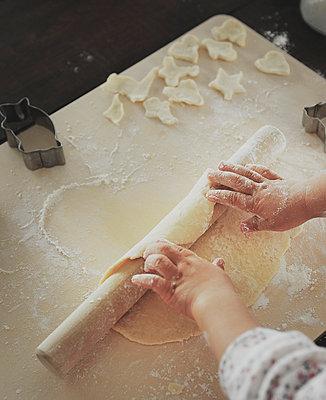 Little girl baking - p500m668572 by Yumiko Kinoshita