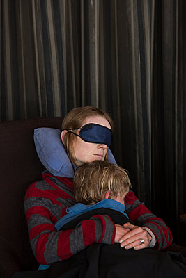 Mother and son take a nap - p628m1476205 by Franco Cozzo