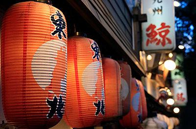 Japanese lanterns, Ginza district, Tokyo, Japan, Asia - p871m1206595 by David Pickford