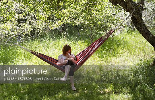 Junge Frau gibt ihrem Baby die Brust - p1418m1571628 von Jan Håkan Dahlström