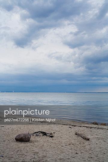 Ostsee bei Gross Schwansee mit starker Bewoelkung - p627m672266 by Kirsten Nijhof