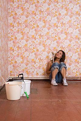 Woman renovating a flat - p2940773 by Paolo