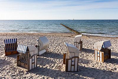 Germany, Mecklenburg-Vorpommern, Nienhagen, beach chairs on the beach - p300m1505559 by Wilfried Wirth