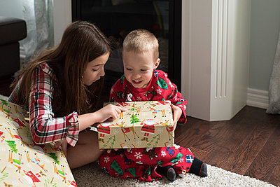 Brother and sister opening christmas present - p924m1224724 by Jessica Lee Photography