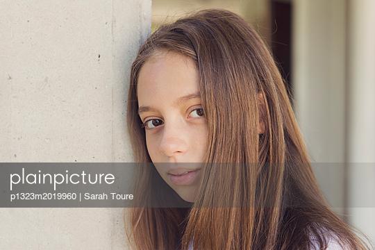 portrait of a young girl - p1323m2019960 von Sarah Toure