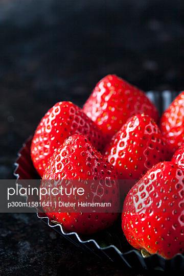 Strawberries, close-up - p300m1581641 von Dieter Heinemann