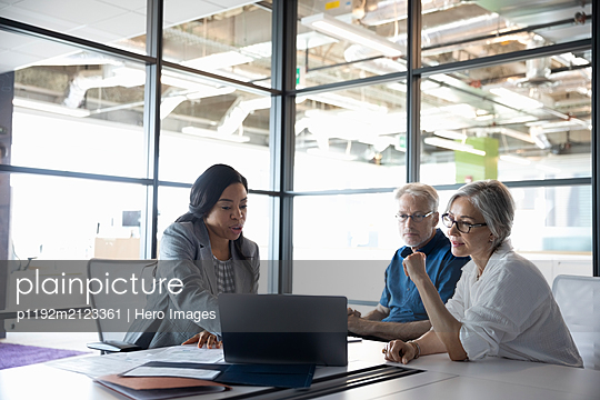 Businesswoman discussing financial plans with senior couple - p1192m2123361 by Hero Images
