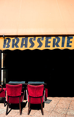 Brasserie in Paris - p567m1212508 by Alexis Bastin