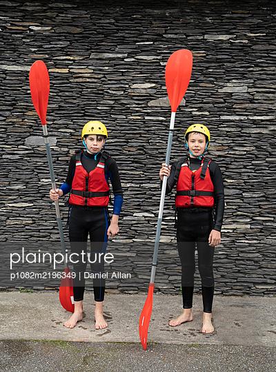 Zwei Teenager als Kajakfahrer - p1082m2196349 von Daniel Allan