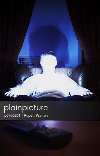 Mann alleine vor der Glotze - p6760201 von Rupert Warren