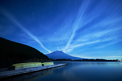 Night view of boat pier and Mount Fuji from lake Tanuki, Shizuoka - p1166m2078150 by Cavan Images