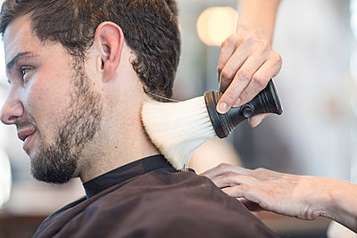 Young man at barber's shop getting neck brushed - p300m1113324f by zerocreatives