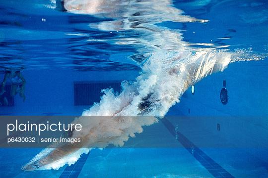 Mann beim Eintauchen in einem Schwimmbad  - p6430032 von senior images