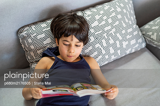 Boy reading a book - p680m2176505 by Stella Mai