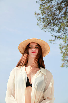 Sexy woman wearing straw hat - p1105m2082570 by Virginie Plauchut