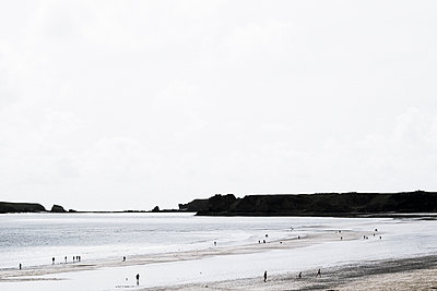 Silhouetted figure on a beach - p1228m1168898 by Benjamin Harte