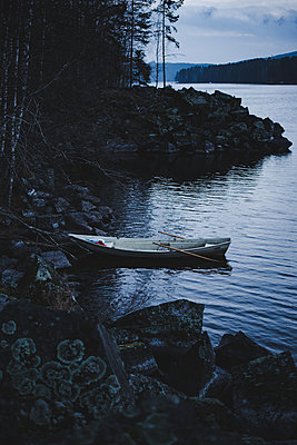 Lonely boat on a lake in Finland - p1455m2054152 by Ingmar Wein