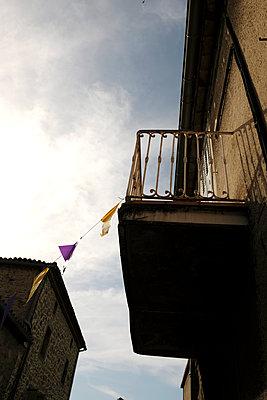Frankreich, Balkon in einer Altstadt - p260m2222602 von Frank Dan Hofacker