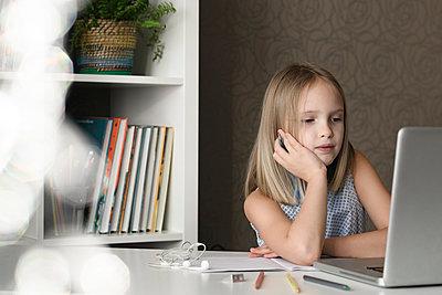 Girl sitting at table at home using laptop - p300m2154854 by Ekaterina Yakunina