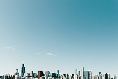 Sunny blue sky above highrise cityscape, Chicago, Illinois, USA - p301m2213608 by Toby Mitchell