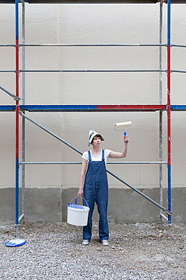 Woman is painting a house - p4540952 by Lubitz + Dorner
