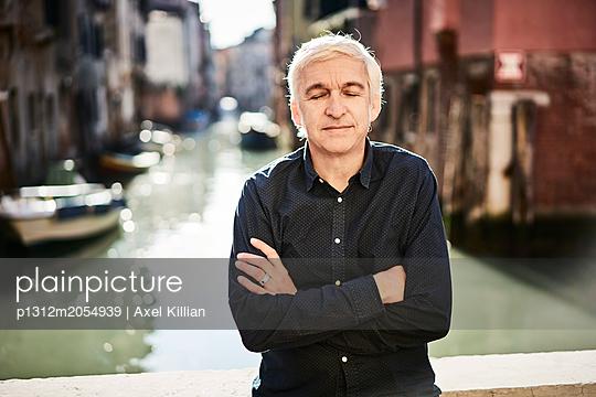 Mann mit verschränkten Armen - p1312m2054939 von Axel Killian