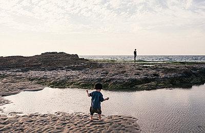 Kleiner Junge am Strand - p1046m1467512 von Moritz Küstner