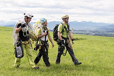 Industriekletterer auf dem Weg zur Arbeit - p1079m1185011 von Ulrich Mertens