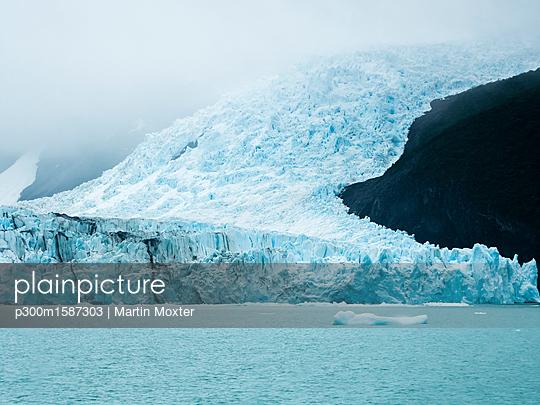 Argentina, Patagonia, El Calafate, Puerto Bandera, Lago Argentino, Parque Nacional Los Glaciares, Estancia Cristina, Spegazzini Glacier, iceberg - p300m1587303 von Martin Moxter