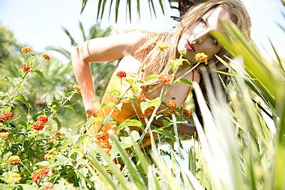 Frau in den Tropen  - p1330m1424446 von Caterina Rancho