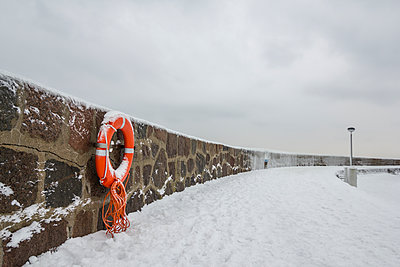 Germany, Sassnitz, life belt on wall in winter - p300m1115145f by Anke Scheibe