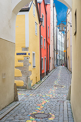 Germany, Passau, view into Hoellgasse in the old town - p300m2083903 by Holger Spiering