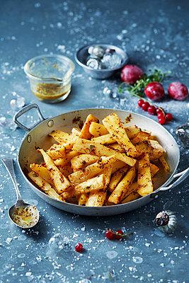 Roast parsnips in skillet, Christmas food - p429m2068647 by Danielle Wood