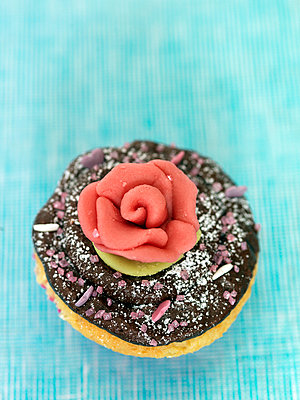 Decorated cupcake - p312m799420f by Johnny Franzén