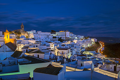 Evening rooftop views of the whitewashed village  of Vejer de la Frontera, Cadiz province, Andalucia, Spain, Europe - p871m1082337 by Louise Murray