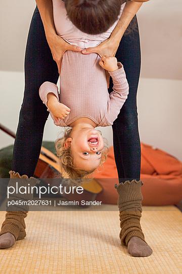 Mädchen lacht kopfüber in Kamera - p045m2027631 von Jasmin Sander