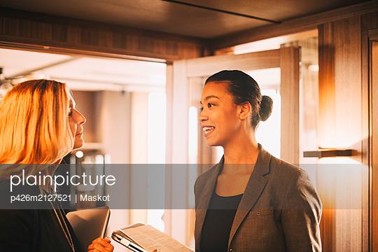 plainpicture - plainpicture p426m2127521 - Confident financial advisor... - DEEPOL by plainpicture