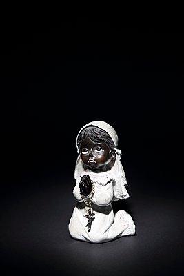 Betendes Mädchen - p237m1136888 von Thordis Rüggeberg
