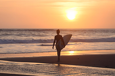 Indonesia, Bali, young woman with surfboard - p300m1535624 by Konstantin Trubavin
