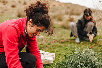 Madrid, Spain. Group of young people collecting and planting acorns to reforest the fields. - p300m2299813 von Manu Reyes