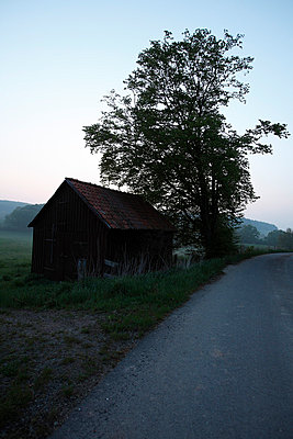 alte Scheune an einem Feldweg - p9790871 von Dott