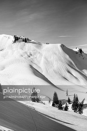 Schneelandschaft in Schwarz Weiß - p1142m2109427 von Runar Lind