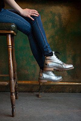 Frau sitzt an der Bar - p045m1208456 von Jasmin Sander