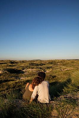 Junges Paar den in Dünen - p1212m1168711 von harry + lidy