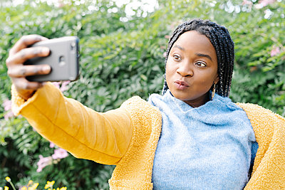 Portrait of young woman taking selfie with mobile phone - p300m2166524 von COROIMAGE