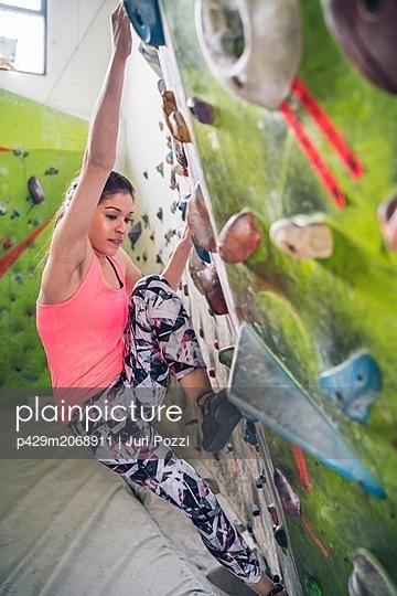 Climber on climbing wall - p429m2068911 by Juri Pozzi