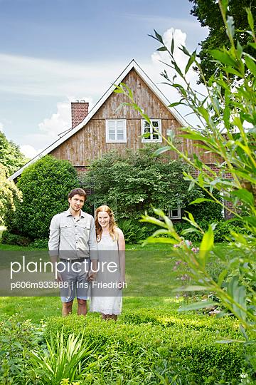 Junges Paar mit Haus und Hund - p606m933988 von Iris Friedrich